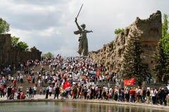 Шествие местных людей с фото их родственников в бессмертном полке на ежегодный день победы на холме Mamaev в Волгограде Стоковые Изображения