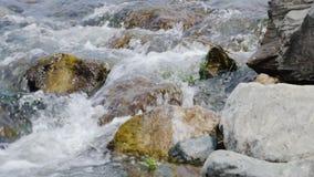 1 4 шестерни Комплект отснятых видеоматериалов с каскадом реки горы Намочите пропускать через утес в реке во время похода  сток-видео