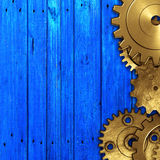 Шестерня металла на голубой деревенской деревянной доске meterial дизайн Стоковая Фотография