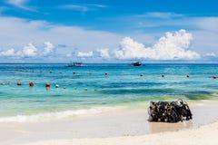 Шестерня скубы на белом пляже, острове Boracay, Филиппинах Стоковые Изображения