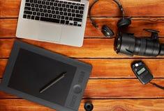 Шестерня фотографа на деревянном столе Стоковое Фото