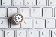 Шестерн-символ на кубе на клавиатуре стоковые фото