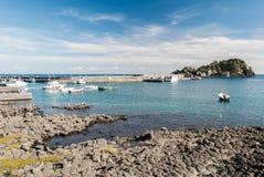 Шестоватые базальты в береговой линии Acitrezza, в Сицилии стоковые фотографии rf