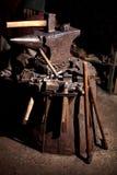 Шесток огня кожи экрана оси обмундирования оружия ратника кузнца кузницы reenactment шкафа шпаги ручек шпаги Викинга стоковое фото rf