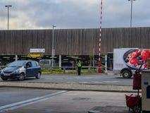 ШЕФФИЛД, ВЕЛИКОБРИТАНИЯ - 19-ОЕ МАРТА 2019: Tesco дополнительное - улица Savile - закрыто полицией должной к главному случаю стоковые фотографии rf