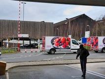 ШЕФФИЛД, ВЕЛИКОБРИТАНИЯ - 19-ОЕ МАРТА 2019: Tesco дополнительное - улица Savile - закрыто полицией должной к главному случаю стоковые изображения rf