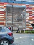 ШЕФФИЛД, ВЕЛИКОБРИТАНИЯ - 19-ОЕ МАРТА 2019: Tesco дополнительное - улица Savile - закрыто полицией должной к главному случаю стоковое фото rf