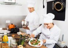 2 шеф-повара варя еду Стоковые Фотографии RF