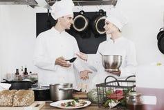 2 шеф-повара варя еду Стоковые Изображения