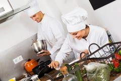 2 шеф-повара варя еду Стоковое фото RF