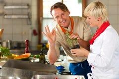 Шеф-повара в варить кухни ресторана или гостиницы Стоковые Фото