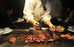 Шеф-повара делают говядину Кобе , Япония стоковое фото