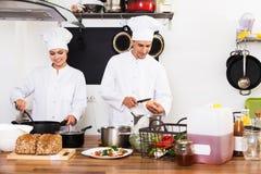 2 шеф-повара подготавливая еду Стоковые Фото