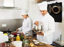 2 шеф-повара подготавливая еду Стоковое Фото