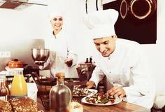 2 шеф-повара подготавливая еду Стоковые Изображения