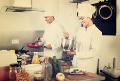 2 шеф-повара подготавливая еду Стоковая Фотография