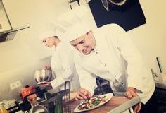 2 шеф-повара подготавливая еду Стоковое Изображение RF