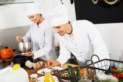 2 шеф-повара подготавливая еду Стоковая Фотография RF