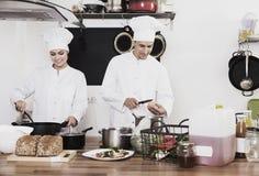 2 шеф-повара подготавливая еду Стоковые Изображения RF