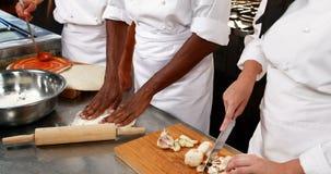 3 шеф-повара работая в кухне акции видеоматериалы