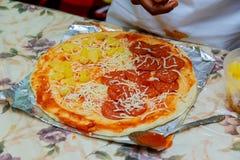 шеф-повара рук отрезали томаты, варя ингридиенты пиццы на деревянной предпосылке Стоковая Фотография RF
