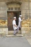 Шеф-повара стоя дверь ресторана снаружи задняя, en Провансаль AIX, Франция Стоковое Изображение RF