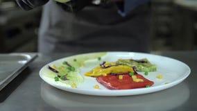 Шеф-повар брызгая блинчики через сетку на кухне ресторана акции видеоматериалы