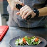 шеф-повар бураков делает салат Стоковые Изображения RF