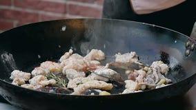 Шеф-повар варит блюдо из морепродуктов видеоматериал