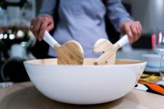 Шеф-повар варя в деревянном шаре с ложкой и вилкой Стоковое Фото