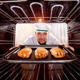 Шеф-повар варя в печи стоковое фото rf