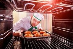 Шеф-повар варя в печи стоковая фотография rf