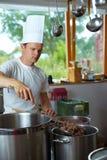шеф-повар варя гуляш Стоковое Фото