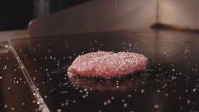 Шеф-повар варя и соля котлету для бургера, еду свежего мяса улицы акции видеоматериалы