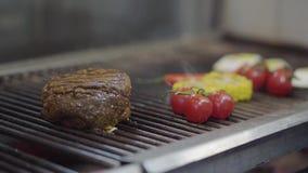 Шеф-повар варя овощ и встречу на гриле в конце-вверх кухни ресторана Сварите жарить мясо, мозоль, вишню видеоматериал