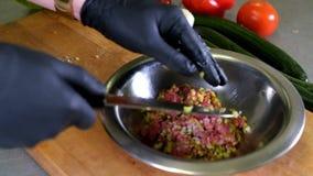 Шеф-повар варя руки кашевара вырезывания ресторана кухни еды в черной гостинице перчаток укомплектовывает личным составом подгота видеоматериал