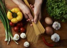 Шеф-повар варя спагетти Стоковые Фотографии RF