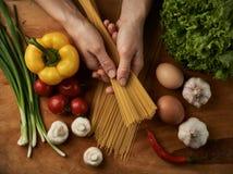 Шеф-повар варя спагетти Стоковые Фото