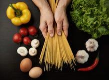 Шеф-повар варя спагетти Стоковое Изображение