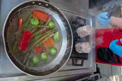 Шеф-повар в кухне гостиницы или ресторана варя только руки стоковая фотография rf