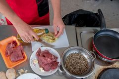Шеф-повар в кухне гостиницы или ресторана варя только руки стоковое изображение rf