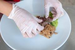 Шеф-повар в кухне гостиницы или ресторана варя только руки стоковые изображения
