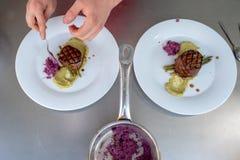 Шеф-повар в кухне гостиницы или ресторана варя только руки стоковое фото