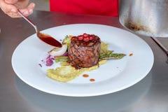 Шеф-повар в кухне гостиницы или ресторана варя только руки стоковые фото