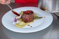 Шеф-повар в кухне гостиницы или ресторана варя только руки стоковые изображения rf