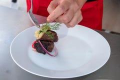 Шеф-повар в кухне гостиницы или ресторана варя только руки стоковые фотографии rf