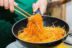 Шеф-повар в кухне подготавливает здоровую еду с овощами Стоковое Изображение RF