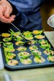 Шеф-повар в кухне подготавливает здоровую еду с овощами Стоковое Фото