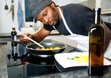 Шеф-повар в кухне ресторана подготавливая специальную еду Стоковые Фото