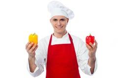 Шеф-повар в форме показывая capsicums Стоковое фото RF